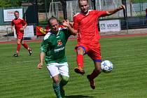 Z role loňského asistenta trenéra se Jan Peťule (vlevo v zeleném, na snímku z domácího vítězného testu se Ševětínem) dostal do pozice nejzkušenějšího hráče krumlovského divizního kádru a v generálce s ligovým dorostem Dynama dal jediný gól Slavoje.