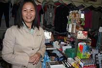 Tady  Pham Thi  Hoan tráví většinu svého života. V obchodu na Nádražním Předměstí, kam si za ní chodí lidé i rádi popovídat.