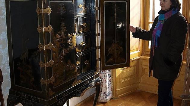 Už jen drobnosti zbývají k dokončení další prohlídkové trasy na hradě Rožmberk. Na snímku je historička Ludmila Ourodová u kabinetu z 19. století.