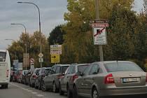 Chvalšinská ulice v Českém Krumlově s cedulkou, která upozorňuje  šoféry na radary.