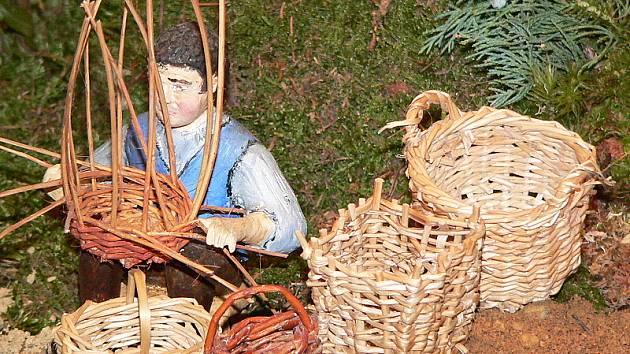 Košíkář je sám Pavel Rouha. Mnohé figurky představují konkrétní obyvatele Velešína.