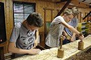 Osmáci z Větřní si pod vedením sochaře Petra Fidricha vyzkoušeli řezbařinu.