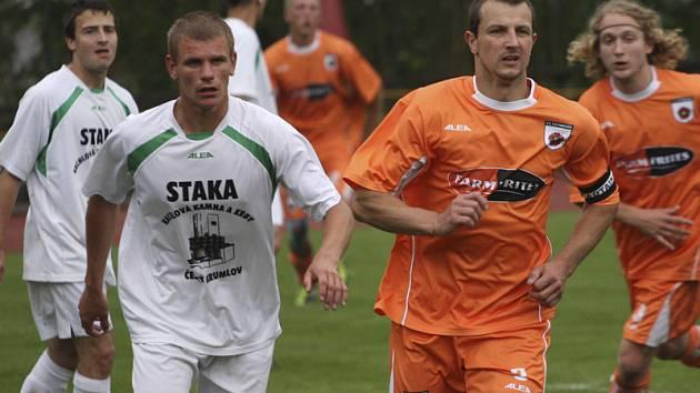 V derby mezi krumlovským béčkem a Frymburkem se do statistik nejvýrazněji zapsal domácí Petr Fišer (vlevo, vedle autora čestného úspěchu hostů Josefa Micáka), který zvyšoval na 3:0 a ve druhé půli byl vyloučen.