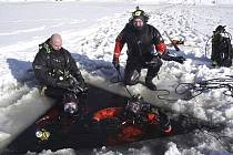 Českokrumlovští hasiči při nácviku zimního potápění na Lipně.