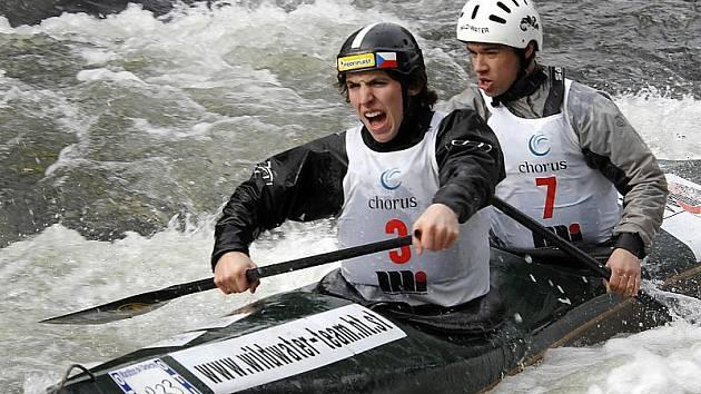 Českokrumlovský Antonín Haleš (vlevo, na snímku s Martinem Novákem) bude letos usilovat o nominaci na MS juniorů. V přípravě na irské řece Aghade si vyzkoušel i deblkanoi.
