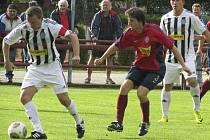 Kvalitní partie mezi Kaplicí a Čimelicemi nabídla i tento souboj zkušených v podání domácího matadora Petra Janury (vlevo u míče) a hostujícího Pavla Pávce.