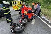 U hráze na Lipně se srazilo auto s motorkou, pro zraněného motorkáře přiletěl vrtulník.