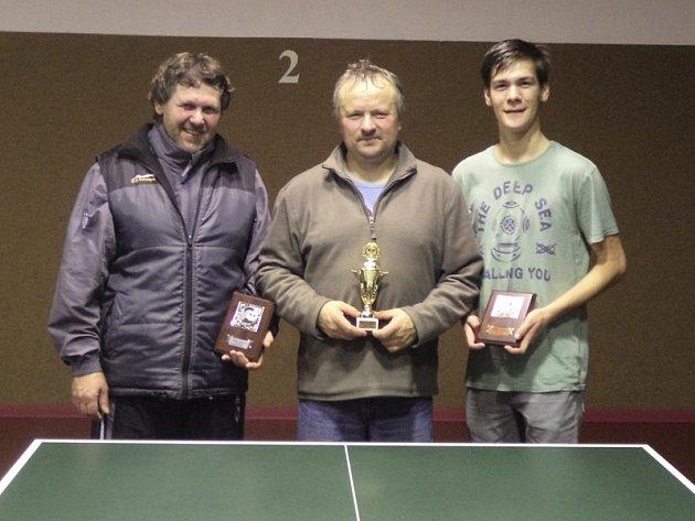 Trojlístek nejlepších hráčů okresního přeboru 2013 ve dvouhře – zleva: stříbrný Josef Kamera, vítězný Josef Strapek (oba Přídolí) a bronzový Jakub Grznárik (Velešín).