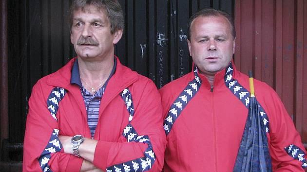 Větřínský trenér Zdeněk Podhola (vpravo, na snímku s asistentem Rudolfem Junem) bude na jaře pracovat s notně pozměněným kádrem.