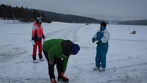 Úprava ledové dráhy na lipenském jezeře není jednoduchá