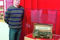 SOUČÁSTÍ výstavy jsou například dobové zpravodajské techniky. Na snímku je kurátor výstavy Jiří Řezníček.