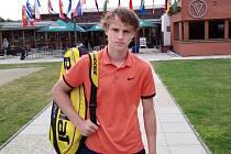 Teprve patnáctiletý talent krumlovského LTC Martin Minárik na turnaji ITF v Dolanech u Olomouce.