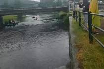 Výpusť odlehčovací komory na starém Plešivci (dole). Po větším dešti přes komoru přepadají splaškové vody naředěné srážkovými vodami a jsou odváděny do Vltavy.
