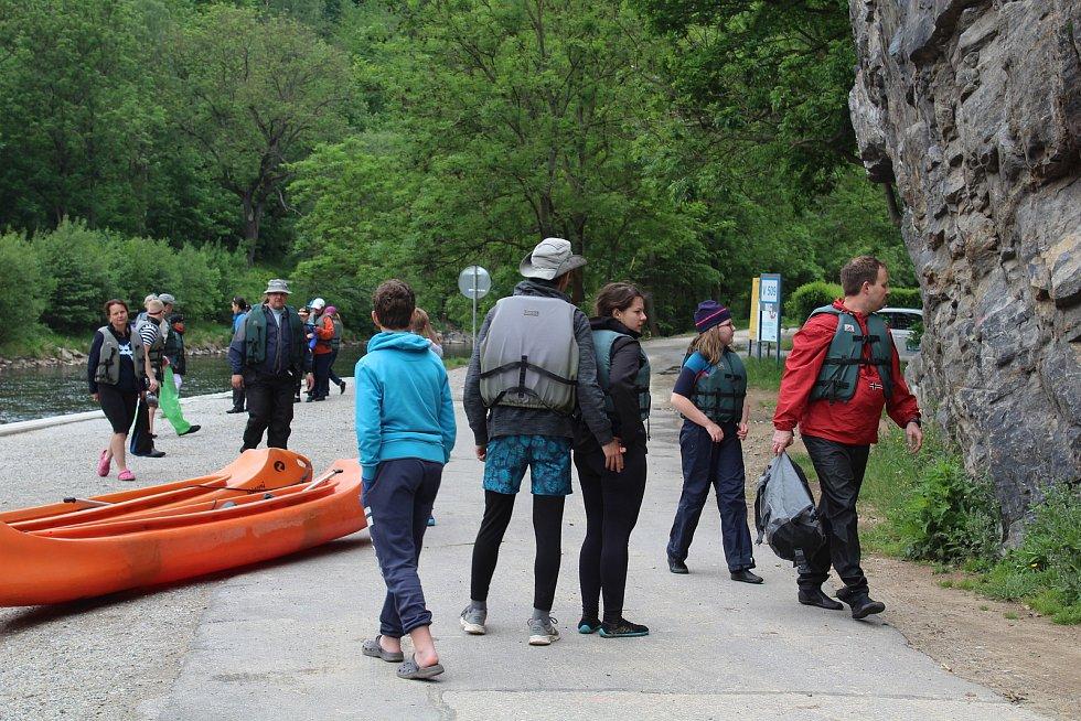 Vodáci konečně na Vltavu mohli vyrazit ve větším počtu, kempy tento týden zahájily sezónu.