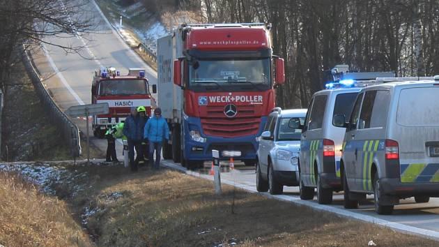 Tragická dopravní nehoda se stala v pátek odpoledne na přeložce E 55 u vjezdu do Velešína.