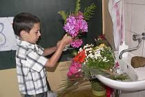 Daniel Staník zatím vkládá svou květinu do vody, aby nezvadla, než ji předá paní učitelce.