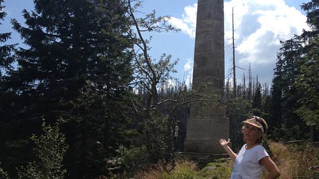Obelisk Adalberta Stiftera nad Plešným jezerem.
