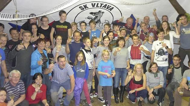 Členové kanoistického oddílu SK Vltava Český Krumlov  jubilejní pátou oslavu klubových úspěchů za minulou sezonu pojali ve vodáckém retro stylu (na snímku). Letošní zisk rekordních jedenašedesáti medailí rozhodně stál za přípitek!