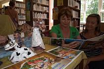 Ředitelka ZŠ Omlenická v Kaplici Ludmila Šímová (vlevo) a učitelka Milada Halabrínová si šikovnost svých žáků, kterou dokazuje nejen nová kniha, ale i další tématické práce vystavené v dětském oddělení kaplické knihovny, pochvalují.