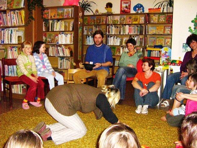 Kaplickou knihovnu v pátek ovládly děti, které v ní dokonce přespaly.