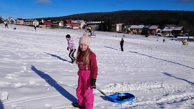 Sněžné dopoledne na sjezdovce na Kvildě 21. listopadu.