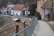 Zabezpečovací práce v Křemži na komunikaci Pod Jáníčkem byly před vlastní rekonstrukcí dokončeny 8. ledna.