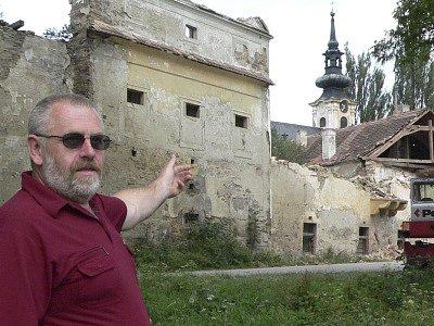 Starosta Omlenic Karel Holub před zámečkem.