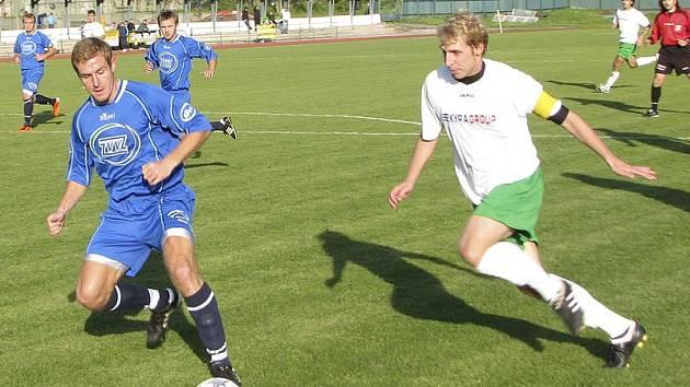 Svůj dobrý výkon krumlovský špílmachr a kapitán Michal Pliška (vpravo, na snímku v souboji s Ondřejem Kosobudem) bohužel nepodtrhl, když v 79. minutě z penalty minul milevskou branku.