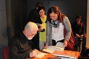 Dlouhá fronta na podpis se vytvořila od stolu, za nímž seděl Robert Fulghum, v českokrumlovském divadle. Spisovatel ji zvládal s úsměvem a podepisoval a podepisoval.