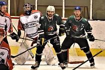 Krajská liga – 26. kolo: HC Strakonice (bíločervené dresy) – HC Slavoj Český Krumlov 4:6 (1:0, 2:5, 1:1).
