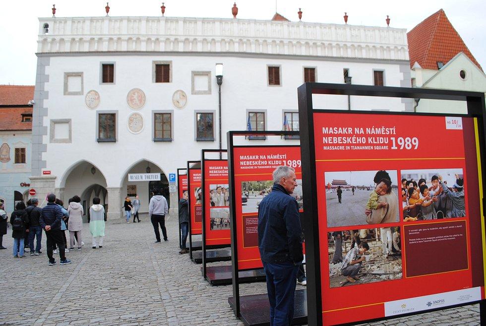Výstava fotografií připomíná pekingský masakr v roce 1989. Připravil ji projekt Sinopsis pod záštitou senátora Marka Hilšera.