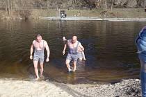 Otužilci vyrazili k vodě.