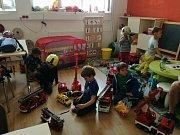 Děti z Lesní školky, která jela v jednom z vlaku, který měl nehodu u Mříče, převezli hasiči do své multimediální místnosti. Děti si tu hrají a přijíždějí sem pro ně jejich rodiče.