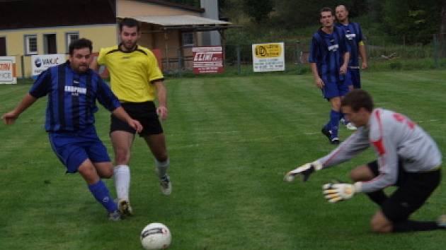 V nastaveném čase se domácí hodně zlobili, když hrající trenér Zdeněk Čarek byl ve vápně tvrdě atakován hostujícím Ondřejem Švarcem (zleva), ale penalta se nepískala.
