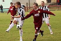 V minulé sezoně si kaplický univerzál Jan Smolen (vlevo při střelbě) celkem šestkrát postavil míč na značku pokutového kopu a všechny zahrávané desítky jistě proměnil.