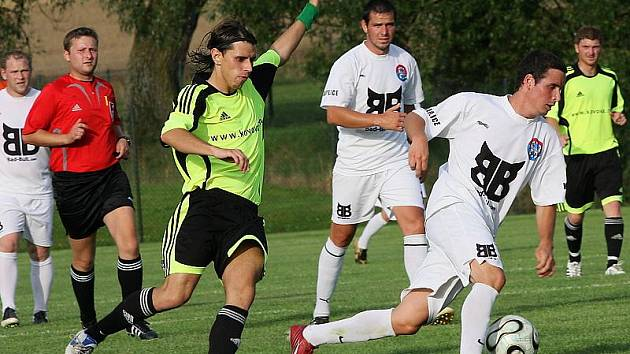Do dvoubrankového vedení poslal kaplický Spartak v Olešníku Martin Pulec (u míče, akci přihlíží zcela vlevo   autor prvního gólu hostů Milan Románek), jehož přímý kop se odrazil od břevna za brankovou čáru.