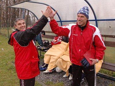 Nový kaplický kormidelník Jan Koutský (vlevo) se spolu s asistentem Josefem Kopřivou v Čížové raduje z vítězné premiéry na lavičce Spartaku.