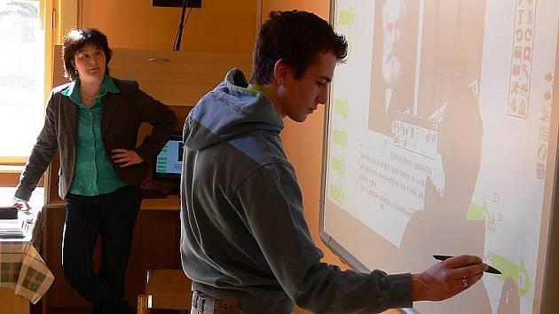 Pracovat s interaktivní tabulí se učí jak studenti, tak i jejich učitelé. Na českokrumlovské zdravotnické škole a učilišti si už s novou technikou dobře rozumějí.