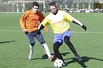 Křemežští fotbalisté se ve výsledkově nepovedené  přípravě s Netolicemi nedočkali ani čestného úspěchu, i když například Kamil Rolník (vpravo před netolickým Hudcem) šel v utkání dvakrát sám na branku.