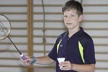 Teprve třináctiletý krumlovský mladší žák Tomáš Švejda se prosazuje na republikové úrovni už i mezi staršími soupeři, což v Hradci Králové potvrdil v singlu i deblovým bronzem.