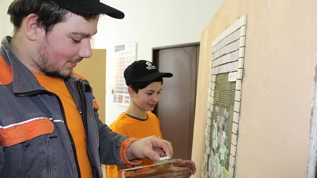 Středisko praktického vyučování uspořádalo soutěž pro své učně-zedníky a truhláře, které se účastnili i žáci ze ZŠ ve Větřní a Chvlašin.