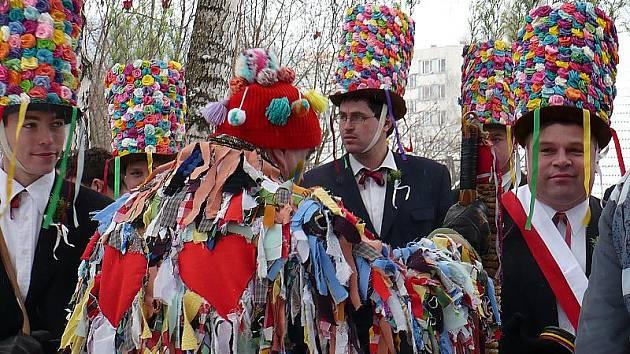 Koledníci se už nyní těší na vřelé přijetí a pohostinnost větřínských občanů . Na snímku loňský masopust.