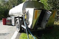 Mlékárenská cisterna se srazila s autobusem u Zátoně.