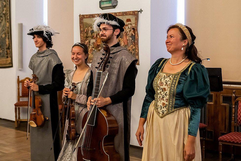 Představení Ballo delle ingrate (Ballo nevděčnic) v Jezuitském sále hotelu Růže.