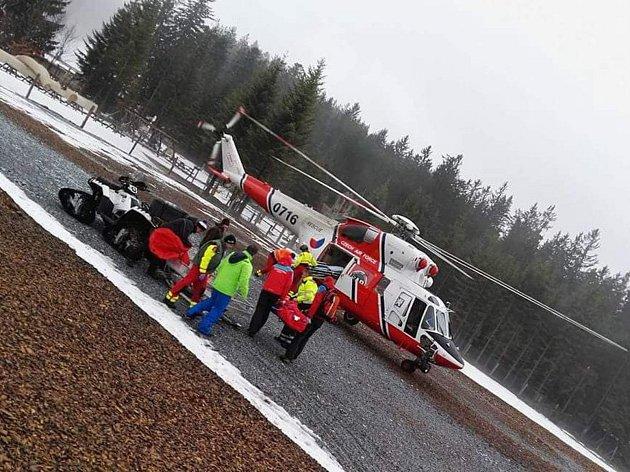 Záchranáři zasahovali v lipenském ski areálu u poraněného chlapce.