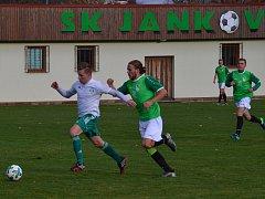 V podzimním divizním derby (na snímku) se na jankovském stadionu radovali z přesvědčivé výhry 3:0 domácí. Krumlovští mají tedy v odvetě co oplácet.