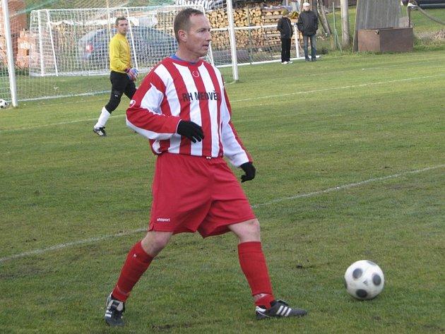 Z čistě hráčské role se jeden z velešínských matadorů Milan Frnka (na snímku z podzimního derby v Nové Vsi) vrací od nové sezony na pozici hrajícího prvního trenéra.