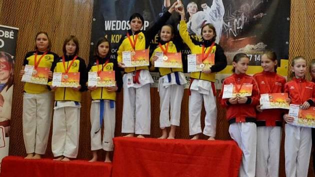 Krumlovské dívky obsadily dva nejvyšší stupně v soutěži kata týmů. Na snímku (zleva) stříbrné Šidlová, Miglová, Šebestová a zlaté Václavíková, Pešádiková a Martínková.
