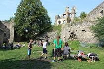 Vábení babího léta na hradě Dívčí kámen.