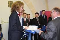 Slavnostní předání vysvědčení se odehrálo v obřadní síni bývalého kostela sv. Filipa a Jakuba ve Velešíně.